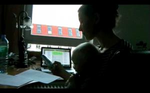 Anruferin mit Baby